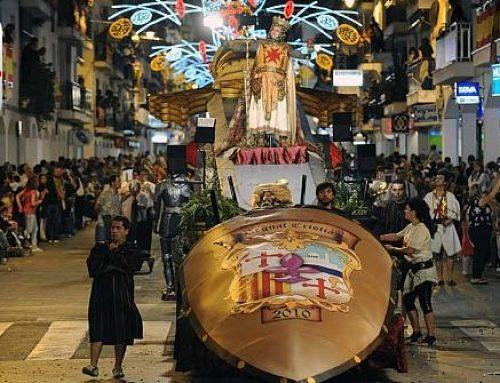 """NUEVO VIDEO.- Els Contrabandistes de Altea desfilan con el """"75 Aniversario de los Andaluces"""""""